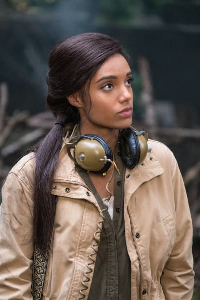Amaya Poses As a Journalist - DC's Legends of Tomorrow