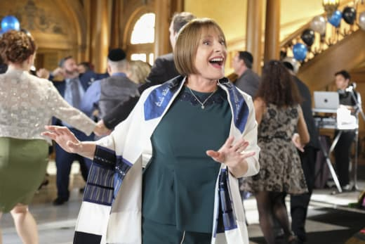 Patty LuPone Guest Stars - Crazy Ex-Girlfriend Season 2 Episode 10