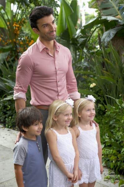 Raf and his kids!  - Jane the Virgin Season 4 Episode 3