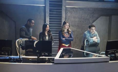 Putting Heads Together - Supergirl Season 2 Episode 19
