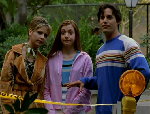 Scoobies Investigating - Buffy the Vampire Slayer Season 1 Episode 6