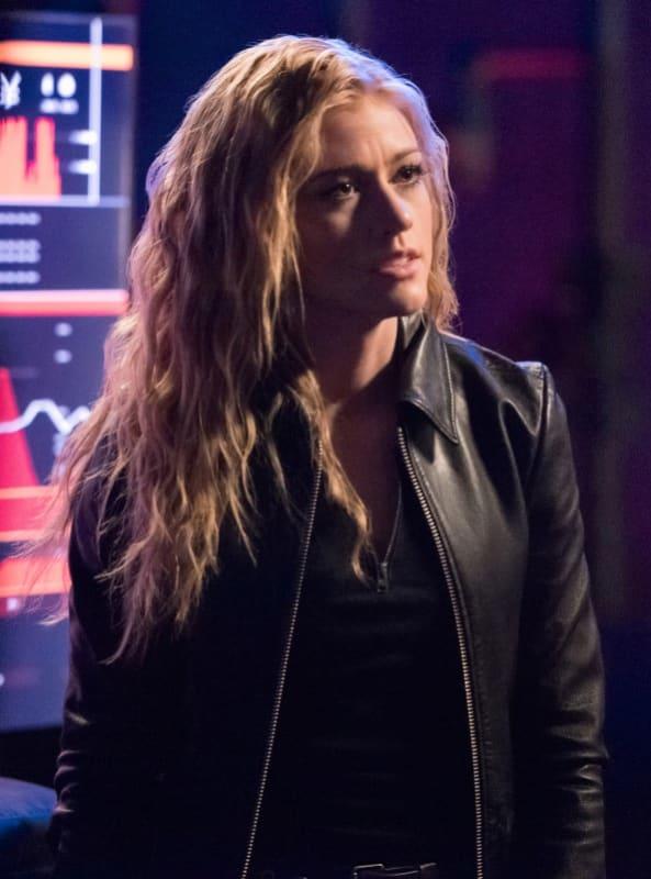 Mia Searches - Arrow Season 7 Episode 18