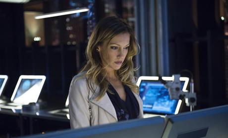 Helping a Friend - Arrow Season 3 Episode 21