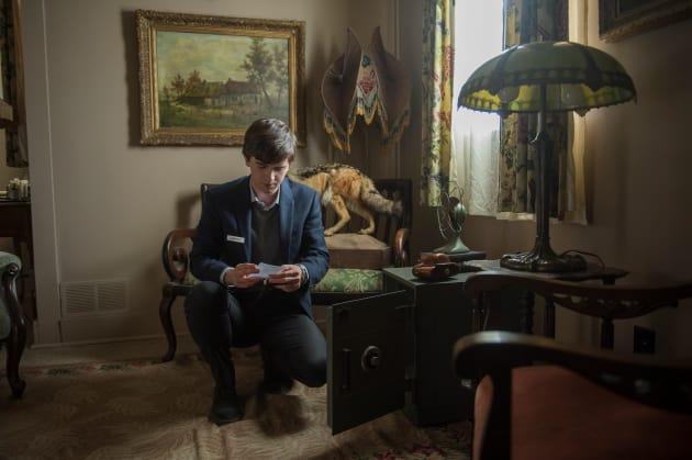 Checking Out the Safe - Bates Motel Season 5 Episode 1