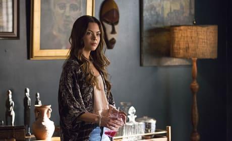 Scarlett Byrne as Nora - The Vampire Diaries Season 7 Episode 4