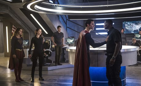 Superman and J'onn - Supergirl Season 2 Episode 2