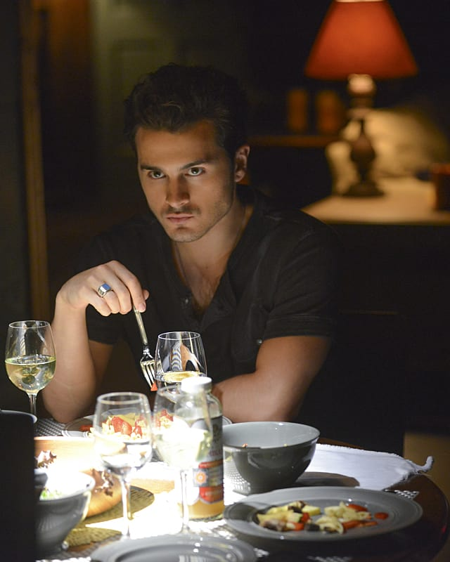 Dangerous While Dining - The Vampire Diaries Season 6 Episode 2