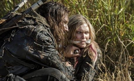 Roan and Clarke Crouching - The 100 Season 3 Episode 2