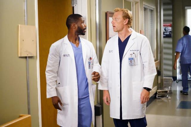 Owen Works With an Intern - Grey's Anatomy Season 12 Episode 4