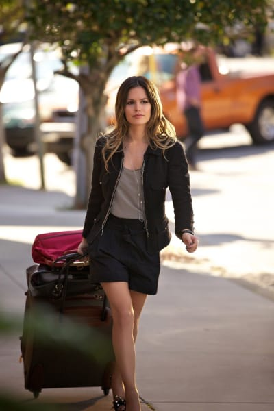 Zoe with baggage - Hart of Dixie