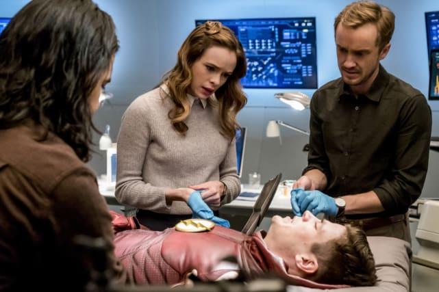 Barry's injured! - The Flash Season 3 Episode 15
