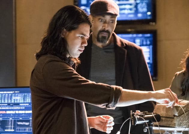 Cisco's at the controls - The Flash Season 3 Episode 15