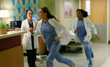 Jo and Stephanie Run as Fast as They Can - Grey's Anatomy Season 11 Episode 19