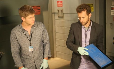 """Hodgins and Wendell Examine a Footprint Taken From a Crime Scene in """"The Corpse at the Convention"""" - Bones"""