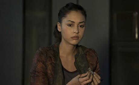 Holding Her Necklace - The 100 Season 3 Episode 8
