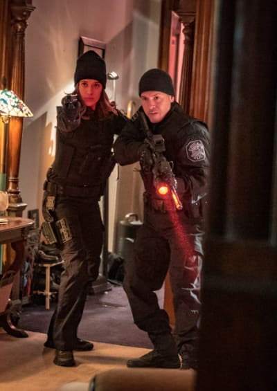 Two Factions - Chicago PD Season 6 Episode 18