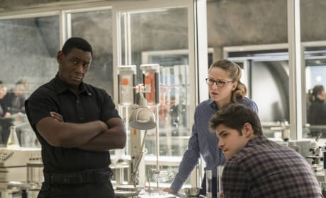 Working Out a Problem - Supergirl Season 2 Episode 12