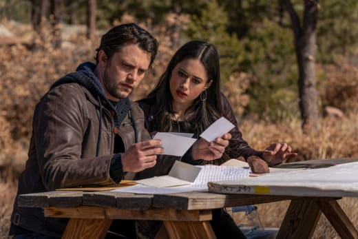 Looking For Clues - Roswell, New Mexico Season 3 Episode 9