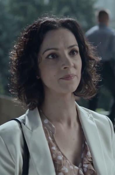 Michelle Runs to Julianne - Absentia Season 3 Episode 6