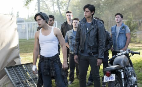 Is Jughead Fighting With The Serpents? - Riverdale Season 2 Episode 5