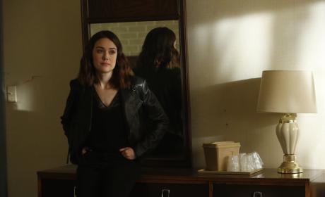 Liz posts up - The Blacklist Season 4 Episode 22