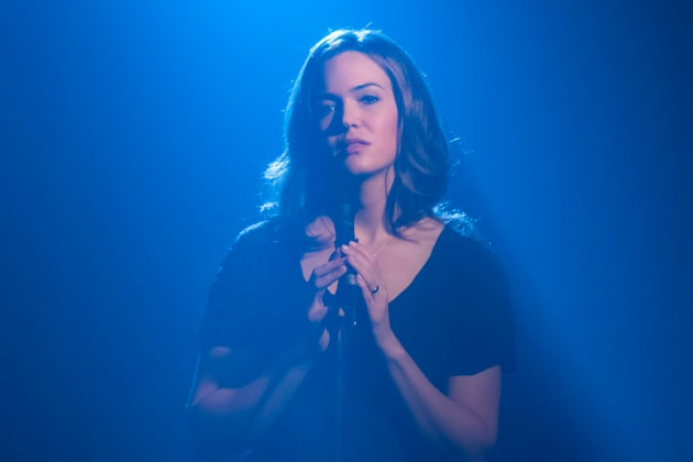 Sultry Singer - This Is Us Season 1 Episode 14