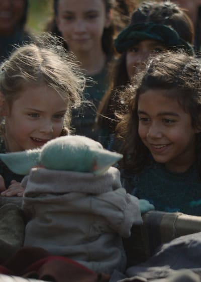 The Crowd Gathers - The Mandalorian Season 1 Episode 4