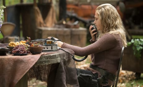 Clarke Griffin in a new shirt - The 100