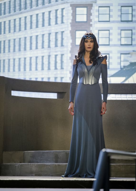 Queen Bee - Supergirl Season 2 Episode 16
