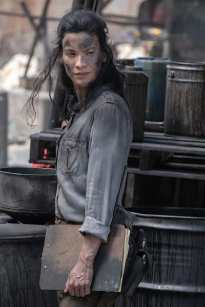 Luciana Helps Fix the Oil - Fear the Walking Dead Season 5 Episode 13