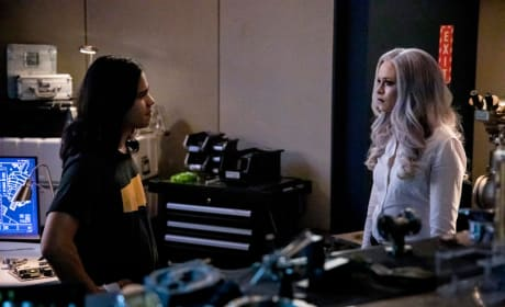 Killer Frost and Cisco Have A Chat - The Flash Season 5 Episode 10