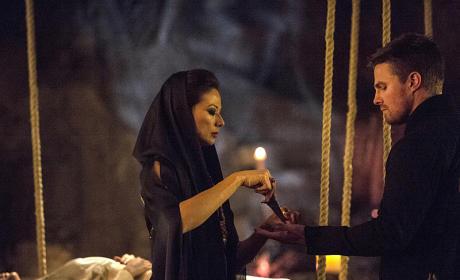 Lighting Up - Arrow Season 3 Episode 20