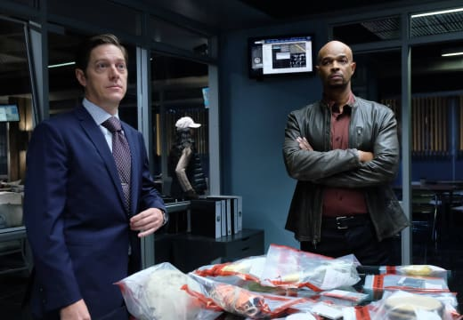 A Messy Desk - Lethal Weapon Season 1 Episode 13