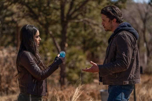 Searching For Clues - Roswell, New Mexico Season 3 Episode 9