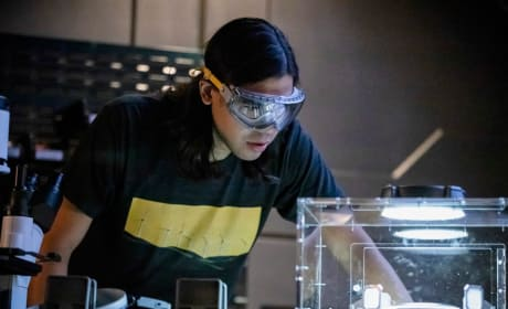 Cisco Gets Closer To A Cure - The Flash Season 5 Episode 10