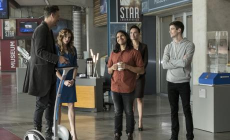 HR's Showing Off - The Flash Season 3 Episode 10