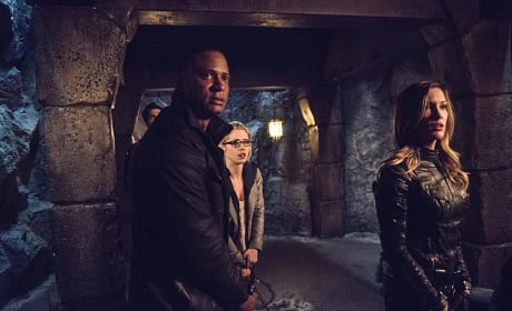 Who's Coming? - Arrow Season 3 Episode 22