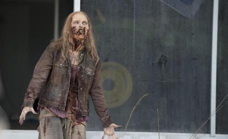 Walker attack - The Walking Dead Season 6 Episode 1