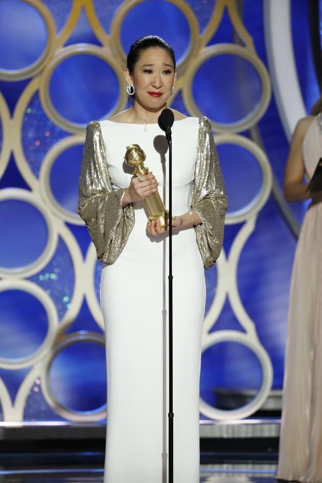 Sandra Oh Accepts Award