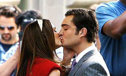 Chair Embraces on Gossip Girl Set
