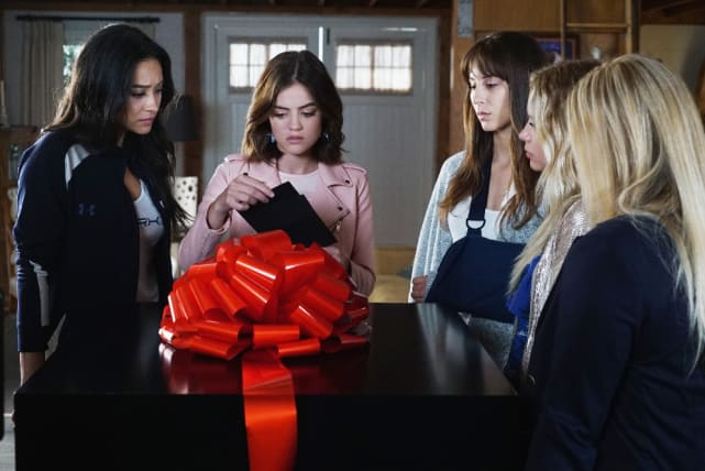 A Gift from A - Pretty Little Liars Season 7 Episode 11