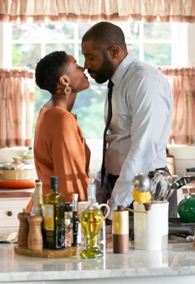 Blissful Kiss - Black Lightning Season 2 Episode 4