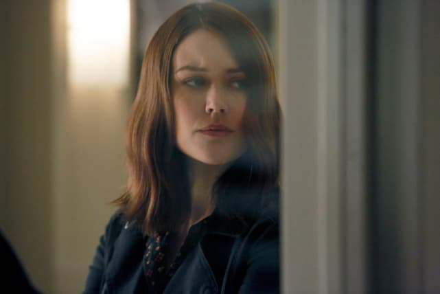 Liz takes a peak in the room - The Blacklist Season 4 Episode 7