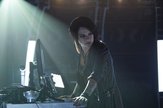Carleen Monitors Dutch - Killjoys Season 1 Episode 9