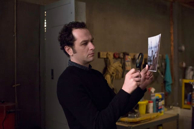 Philip looks at a photo the americans s5e7