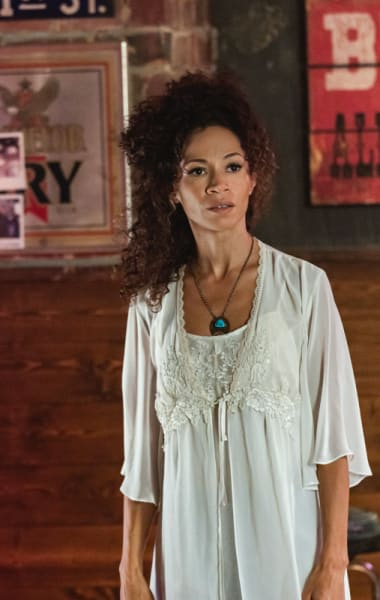 Sherri Saum as Mimi - Roswell, New Mexico Season 1 Episode 7
