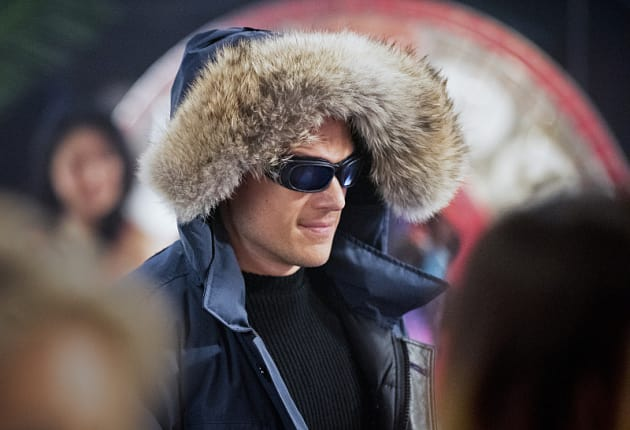 Keeping Warm - The Flash Season 1 Episode 16
