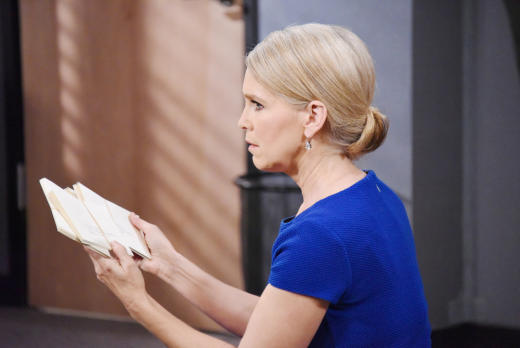 Jennifer Finds the Letters - Days of Our Lives