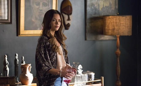Scarlett Byrne as Nora - The Vampire Diaries Season 7 Episode 4