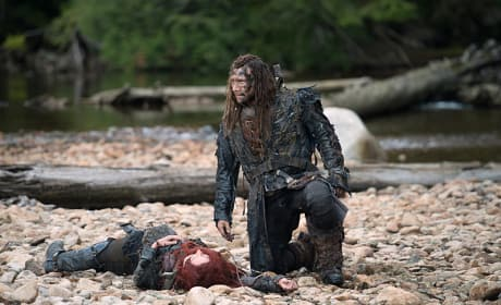 Roan and Unconscious Clarke - The 100 Season 3 Episode 2
